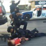 Entre las balas un policía cubre a un niño