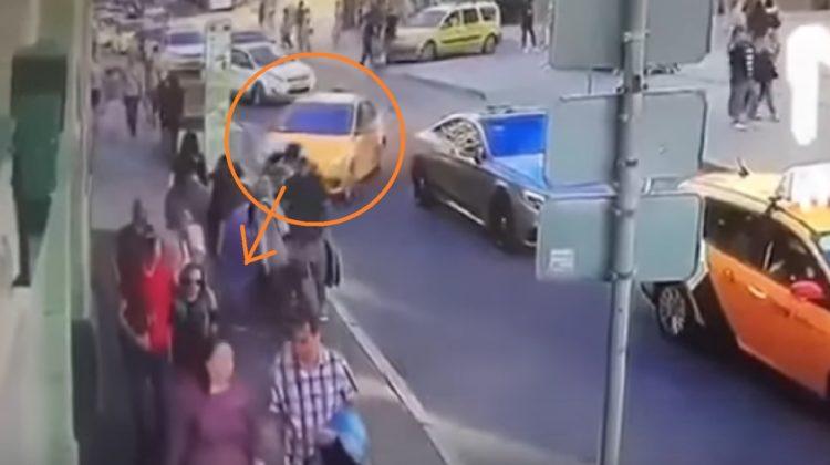 Taxi atropella a aficionados mexicanos en Moscú (video)