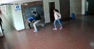 VIDEO: Brutal golpiza de padre a un preceptor acusado de abusar a su hija