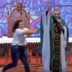 Video: Mujer sorprende a sacerdote y lo empuja del escenario